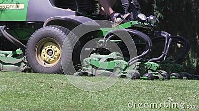 M?herarbeit im Gras am Rand eines Golfplatzes Schnitt des Grases mit einer gro?en Maschine stock footage
