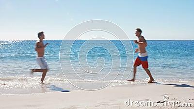 Männer, die auf dem Strand rütteln stock video