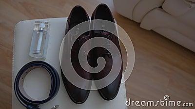 Männer ` s Zubehör Schuhe, Gurt und Toilettenwasser Abschluss oben stock video