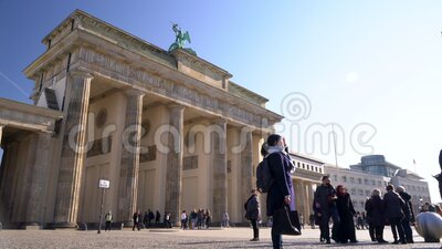 Människor, turister och studenter under dagen av Brandenburg Gate, Berlin, Tyskland lager videofilmer