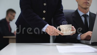 Männlicher Manager berührt Hand der Sekretärin Kaffee bringen, geheime Beziehung stock video