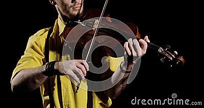 Männlicher Violist, der auf schwarzem Hintergrund auf Alt oder Geige spielt, Instrument geschlossen stock video