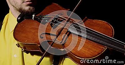 Männlicher Violist spielt auf alt mit Bugs auf schwarzem Hintergrund, Instrument geschlossen stock video