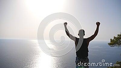 Männlicher Wanderer steht auf dem Kantenberg mit Händeheben und bewundern malerische Jahreszeit Mann mit Rucksack, der aktiv ruht stock video footage