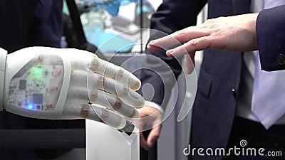 Mänsklig hand och robot som ett symbol av anslutning teknologi mellan folk och för konstgjord intelligens lager videofilmer