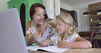 Mère enseignant ses mathématiques de fils à la table dans une maison confortable 4k banque de vidéos