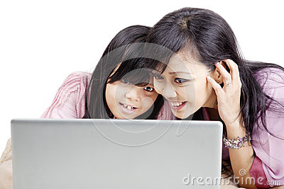 Mère et descendant heureux avec l ordinateur portatif
