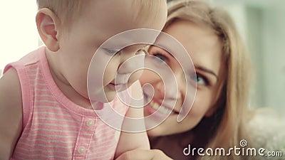 mère heureuse de chéri La femme de sourire embrassent son enfant banque de vidéos