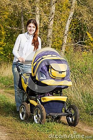 Mère marchant avec le landau