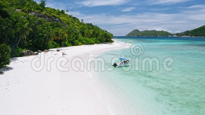 400 mètres de plage exotique tropicale avec bateau de tourisme amarré sur une plage de sable blanc parfaite avec une immensité tu banque de vidéos