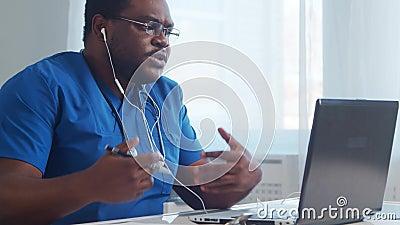 Médecin afro-américain professionnel qui travaille dans un hôpital à l'aide de l'informatique Médecine et médecine banque de vidéos