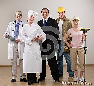 Médecin, chef, travailleur de la construction et femme au foyer