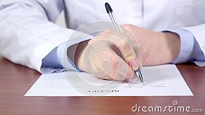 Médico diagnostique, as mãos do doutor que escrevem um recibo para a paciência filme
