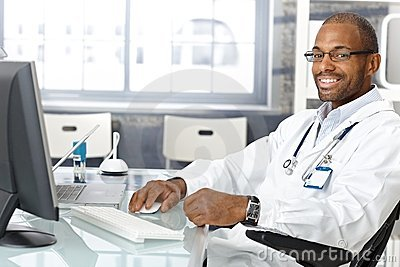 Médico geral alegre