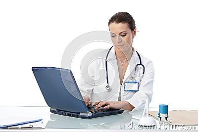 Médico geral que datilografa no computador