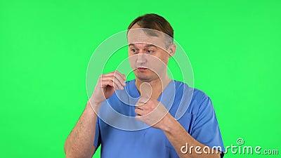 Médico hablando y apuntando de lado para algo, copia espacio Pantalla verde almacen de video
