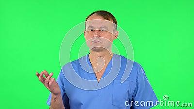 Médico hablando y apuntando de lado para algo, copia espacio Pantalla verde metrajes