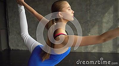 Médico saudável da ioga da fêmea adulta, meditação praticando da ioga e poses Ioga praticando do adolescente gymnastics video estoque
