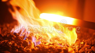 Métal liquide chaud dans un forgeron Forge