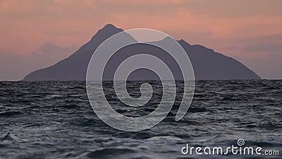 Mörka ö och vågor på gryning stock video