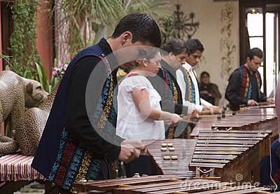 Músicos que juegan el marimba Imagen editorial