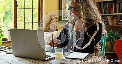 Mûrissez la femme ayant le jus tout en à l'aide de la tablette graphique 4k clips vidéos