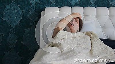 Müde Frau, braunes langhaariges, Maße die Temperatur mit elektronischem Thermometer Frau ist mit Griff oder Kälte krank Kaukasisc stock footage