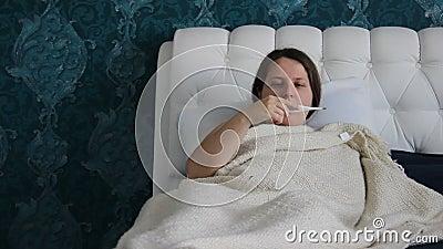 Müde Frau, braunes langhaariges, Maße die Temperatur mit elektronischem Thermometer Frau ist mit Griff oder Kälte krank Kaukasisc stock video
