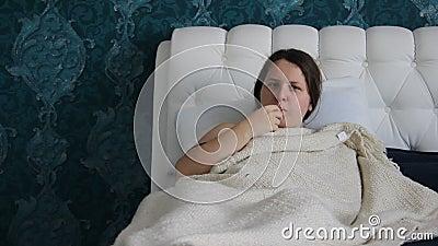 Müde Frau, braunes langhaariges, Maße die Temperatur mit elektronischem Thermometer Frau ist mit Griff oder Kälte krank Kaukasisc stock video footage