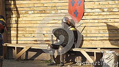 Müder Ritter, der in der Bank nach dem Kampf stillsteht stock video footage