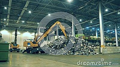 Mülldeponie im Innern mit Lader und Müllhalde Recyclingwerk für elektronische Abfälle stock video