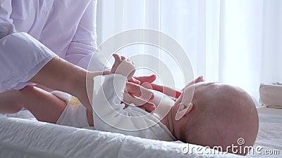 Mütterliche Weichheit, Hände der Frau tun Massage zu neugeborenem im Raum stock video