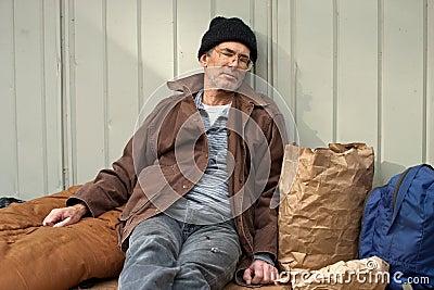 Mężczyzna bezdomny dosypianie