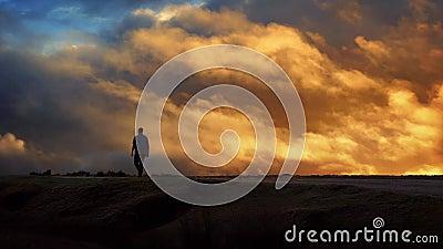 Mężczyzna Chodzi Przez horyzont Z Poruszającym zmierzchu niebem zdjęcie wideo