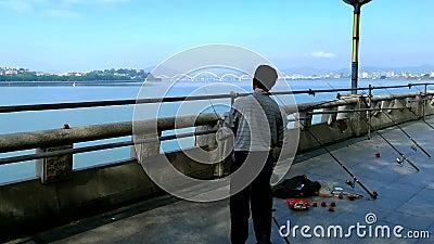 Mężczyzna ciska przędzalnianą rolkę zdjęcie wideo