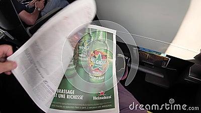 Mężczyzna czytanie w SNCF pociągu o królewskim ślubie