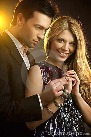 Mężczyzna gifting pierścionek