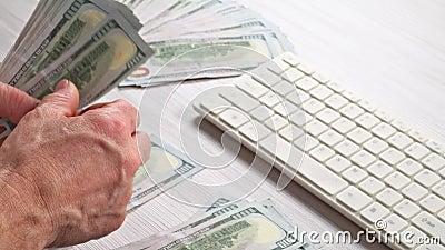 Mężczyzna hrabiowski pieniądze spienięża wewnątrz jego rękę Gospodarka, oszczędzanie, zbiory