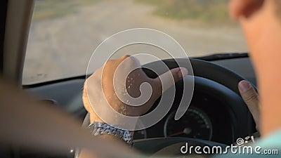 Mężczyzna jedzie samochód w lato wieczór zdjęcie wideo
