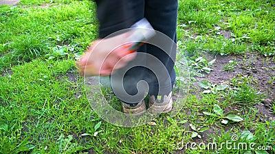 Mężczyzna kropi jego cieki z repellent przeciw cwelichom i komarom zbiory wideo