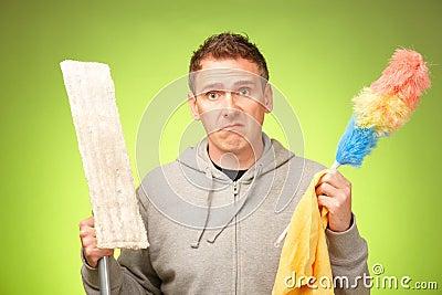 Mężczyzna nieszczęśliwy czyścić dom