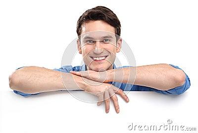 Mężczyzna opiera na whiteboard