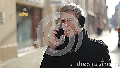 Mężczyzna opowiada na ono uśmiecha się i telefonie zbiory