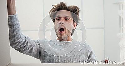 Mężczyzna otwierający duże pudełko kartonowe zdjęcie wideo