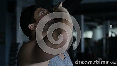 Mężczyzna pije bodybuilding nadprogram zbiory