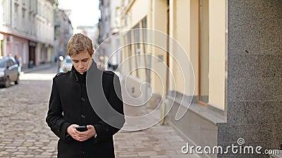 Mężczyzna pisać na maszynie na telefonie komórkowym zbiory