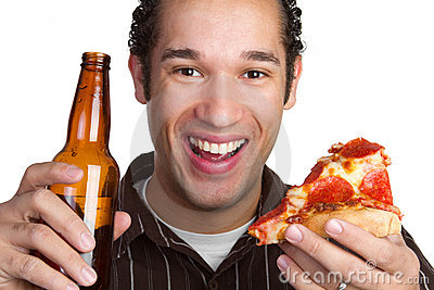 Mężczyzna piwna pizza