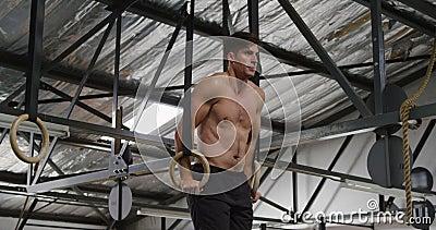 Mężczyzna podnoszący się na kręgach gimnastycznych w widoku bocznym zdjęcie wideo