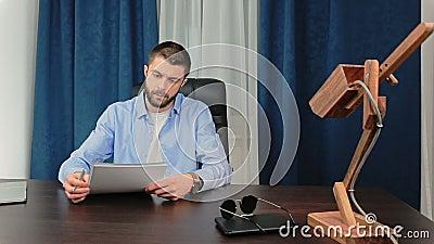 Mężczyzna podpisuje dokument zbiory