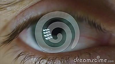 Mężczyzna ` s przygląda się zakończenie wideo Zakończenie mężczyzna ` s oko, nerwowy ruch Uczni spojrzenia wokoło zdjęcie wideo